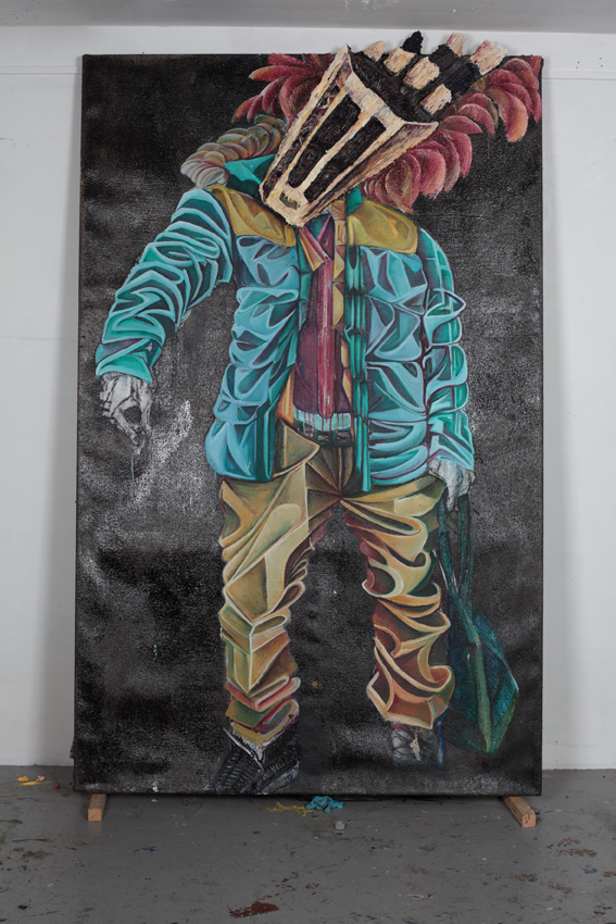 Kunstenaar RaQuel van Haver aan het werk in haar atelier in Echtenstein